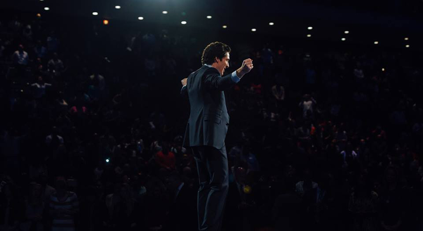 Joel Osteen praying